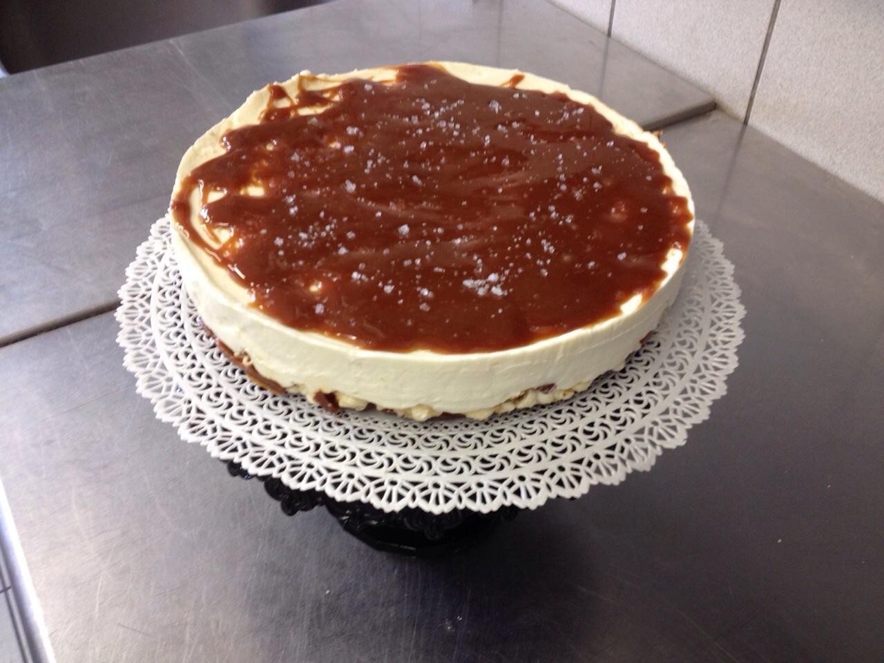 Cheesecake a freddo con base di mais scoppiato caramellato e copertura al caramello salato1