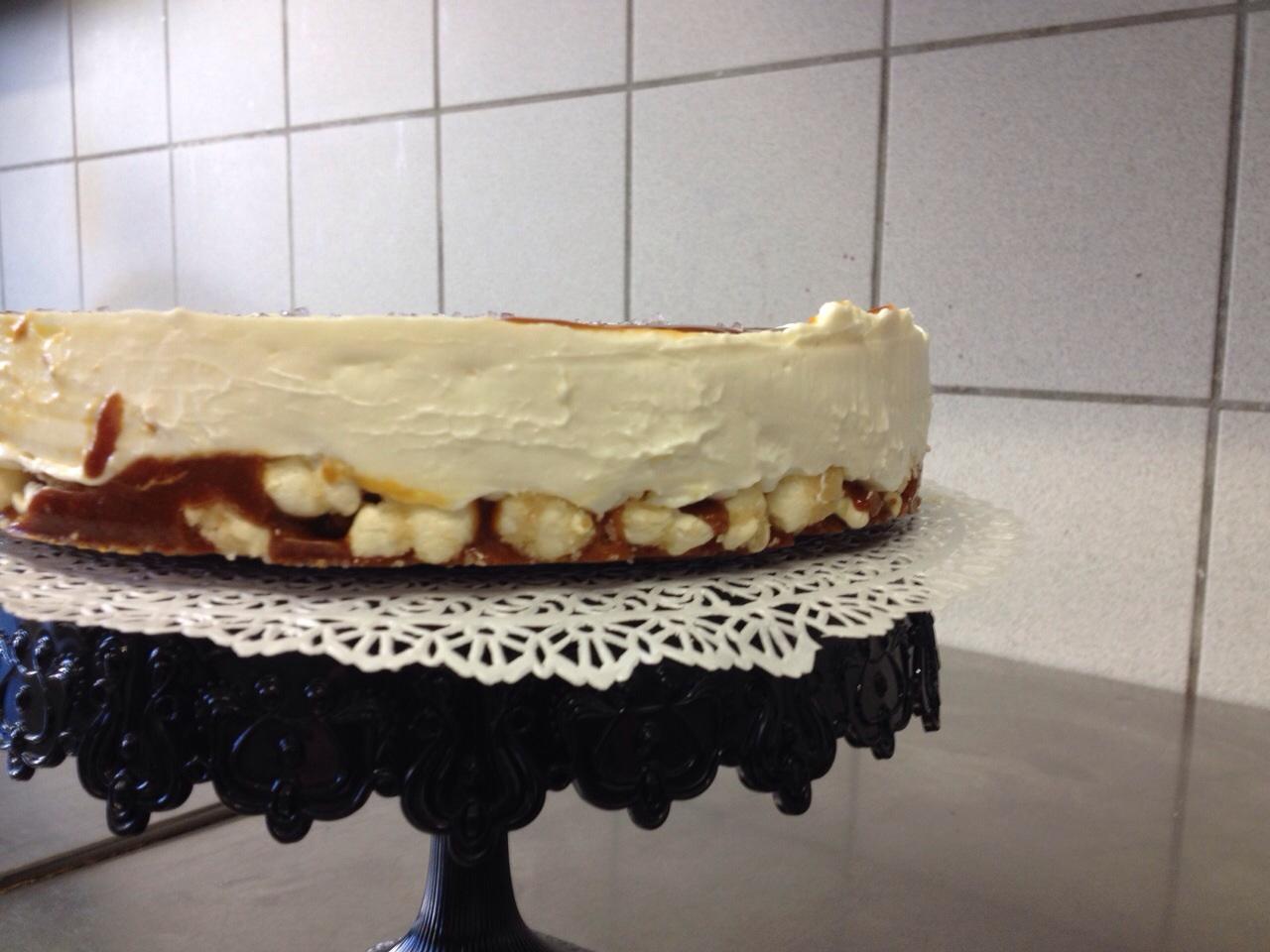 Cheesecake a freddo con base di mais scoppiato caramellato e copertura al caramello salato2
