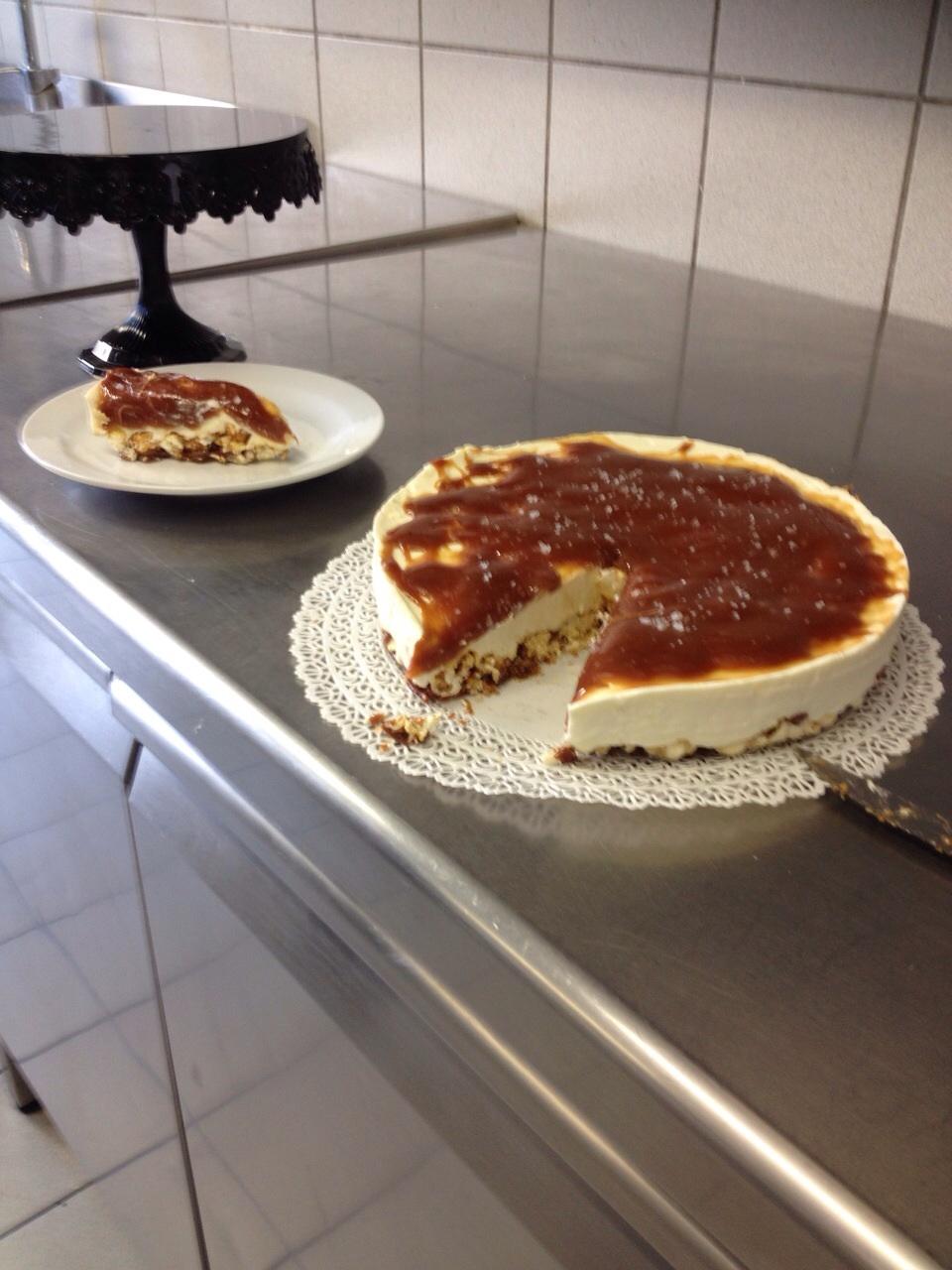 Cheesecake a freddo con base di mais scoppiato caramellato e copertura al caramello salato4