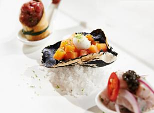 Ostrica di pasta fillo, con tartare di papaya, perla di yogurt, ostrica e lime.