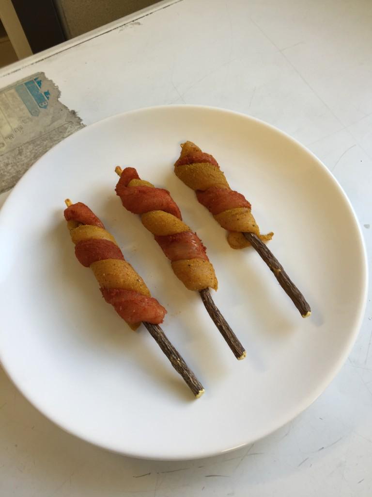Twitter di pollo curry e paprika, su bastoncino di liquirizia naturale, con salsa al tamarindo 1